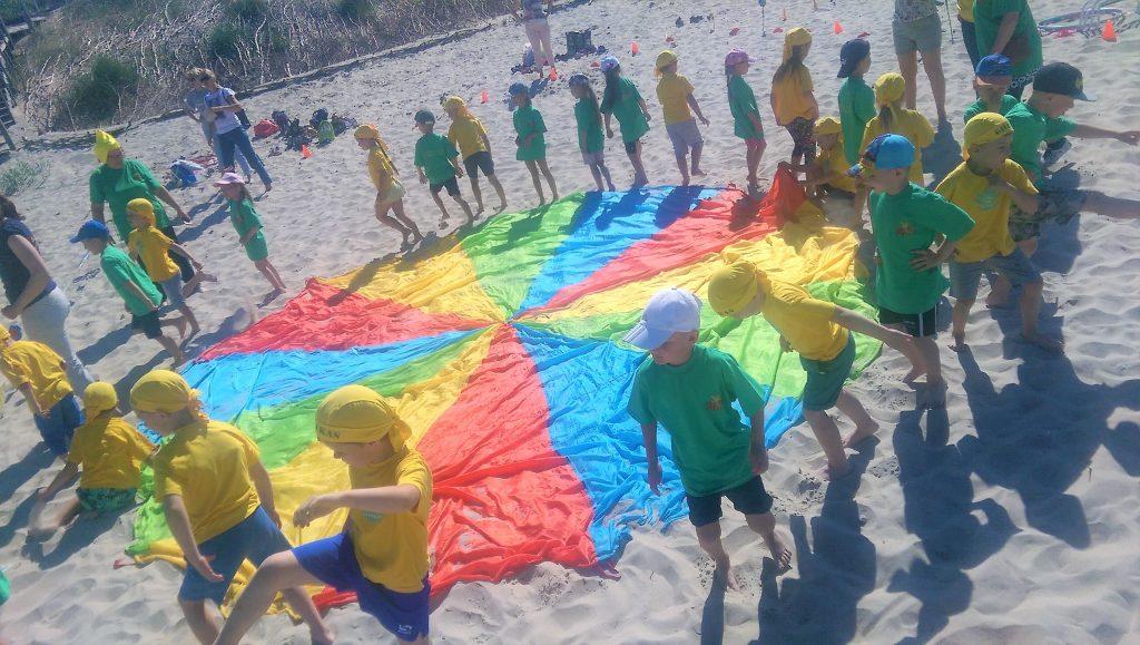 Klaipėdos ikimokyklinukai pajūry ant bangos siaučia su vaikyste