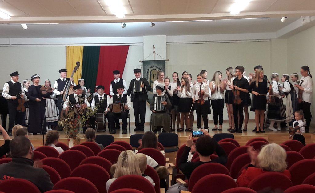 Linksmasis jaunųjų atlikėjų ir senolių muzikinis dialogas, skirtas senjorams